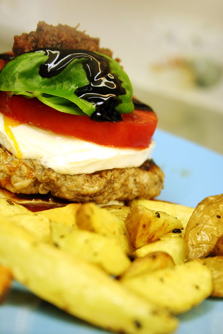 chicken-burger-caprese_close-up-potatoes